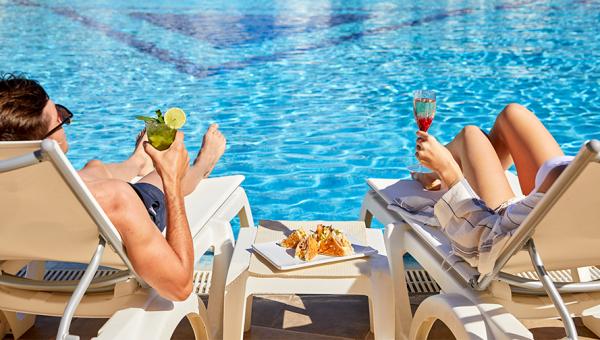 Cafeteria terraza piscina Mediterranean