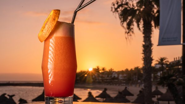 Tomar Cocktail en la playa de Tenerife