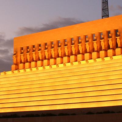 Piramide de Ahora ilumina por la noche Tenerife
