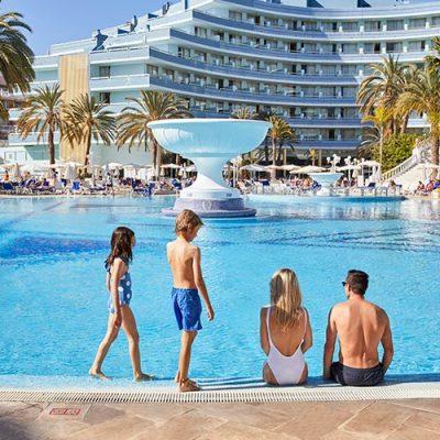 Piscina hotel para familias Mediterranean
